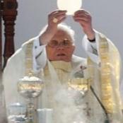 Papst mit Hostie (http://en.wikipedia.org/wiki/Image:BentoXVI-51-11052007_%28frag%29.jpg)