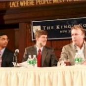 Dinesh D'Souza (links) und Christopher Hitchens (rechts); Bild: King's College