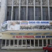Kirche Dios-Es-Amor mit dem Wunder versprechenden Werbebanner