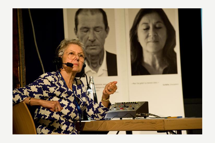 Elke Baezner, die Präsidentin der DGHS, sprang für die Simultan-Übersetzung Französisch-Deutsch ein