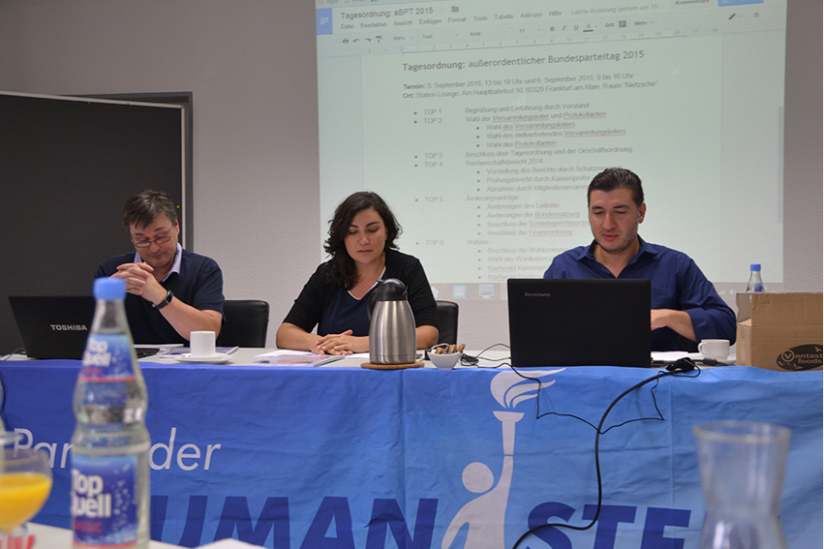 Versammlungsleiter Hartmut Feige, Schatzmeisterin Ioana Hauke und Generalsekretär Beka Kobaidze (v.l.n.r.)