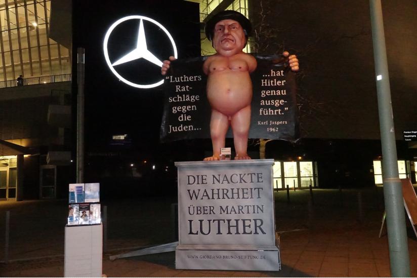 Der Nackte Luther vor der Mercedes-Benz-Arena