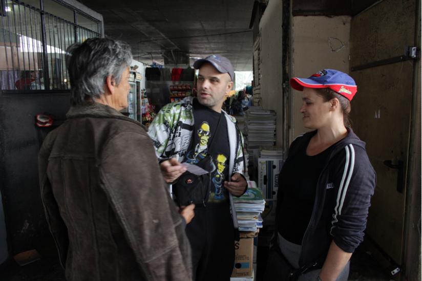 Eine Großmutter kauft gebrauchte Schulbücher für ihr Enkelkind bei Sanela und Sabahudin