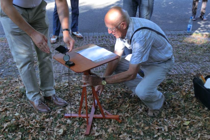 Kandidat Piotr Tyrawa beim Aufbau seiner Pendel-Anlage