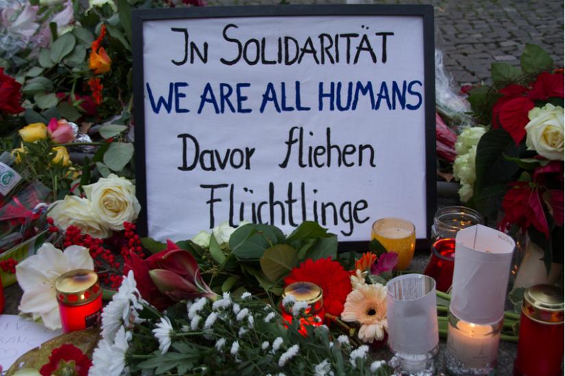 Blumen und Kerzen vor der französischen Botschaft