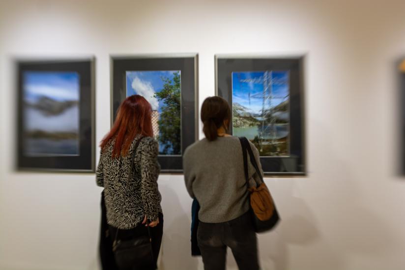 Besucher vor den Fotos von Peter Menne