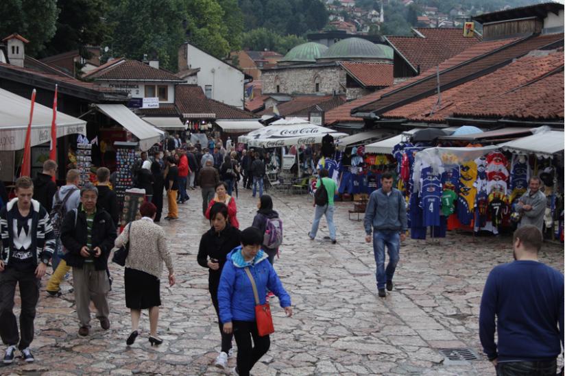 Touristen in den Strassen Sarajevos