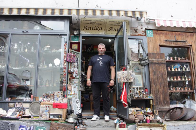 Jasmin vor seinem Antiquitätenladen