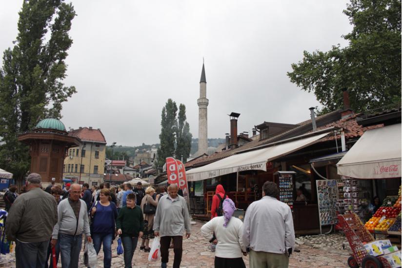 Auf dem Markt, im Hintergrund die renovierte Moschee