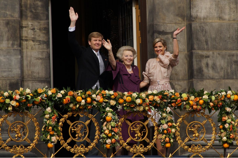 König Willem-Alexander, Ex-Königin Beatrix und Königin Máxima nach dem Thronwechsel am 30. April 2013 in Amsterdam.