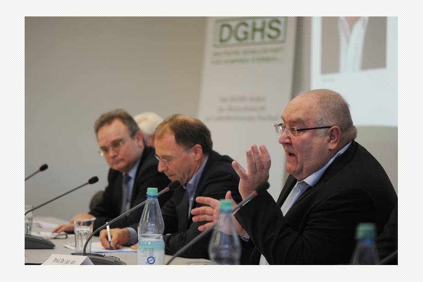 Das Podium: Prof. Dr. jur Frank Salinger, Prof. Dr. jur. Reinhard Merkel, Prof. Dr. jur. utr. Thomas Fischer (v.l.n.r.), verdeckt: Prof. em. Dr. jur. Rolf Dietrich Herzberg