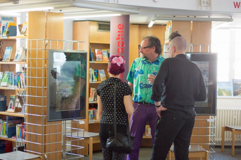Peter Menne führt Besucher durch die Ausstellung
