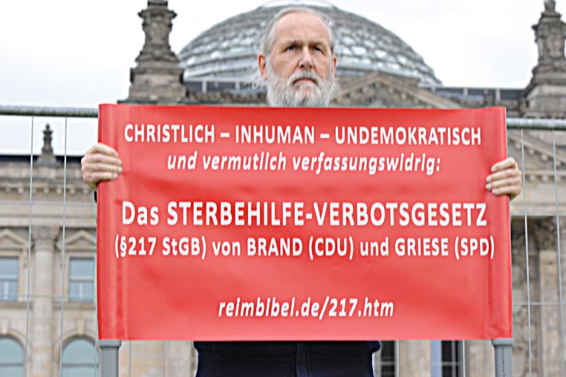 Wolfgang Klosterhalfen protestiert vor dem Reichtagsgebäude gegen den § 217 StGB
