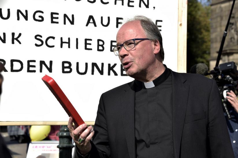 Stefan Ackermann mit dem abgesägten Stück Bank