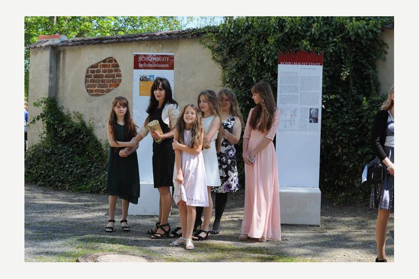 Familien finden in der Schlossanlage von Altlandsberg zur JugendFEIER/Jugendweihe zusammen
