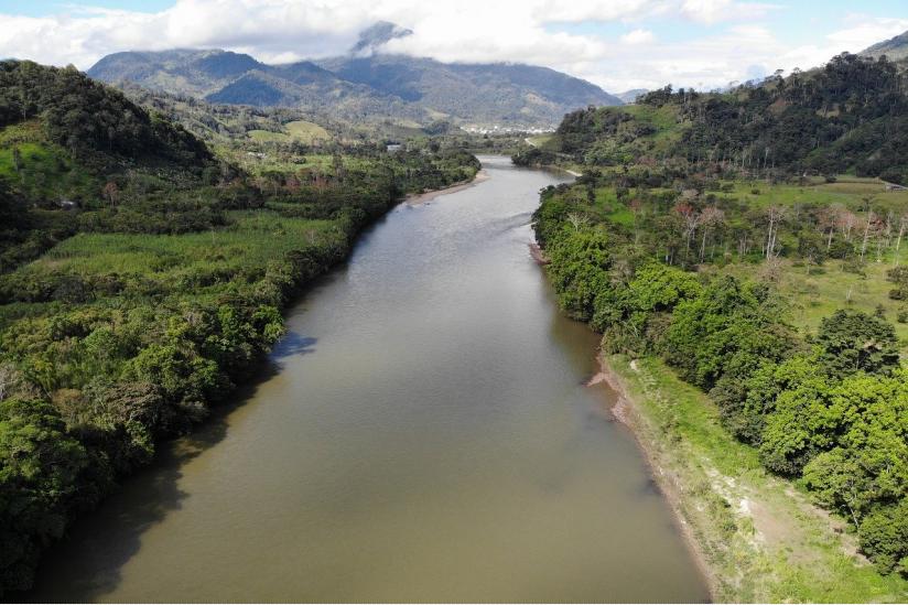 Der Amazonas fließt durch das Gebiet, in dem indigene Stämme leben.