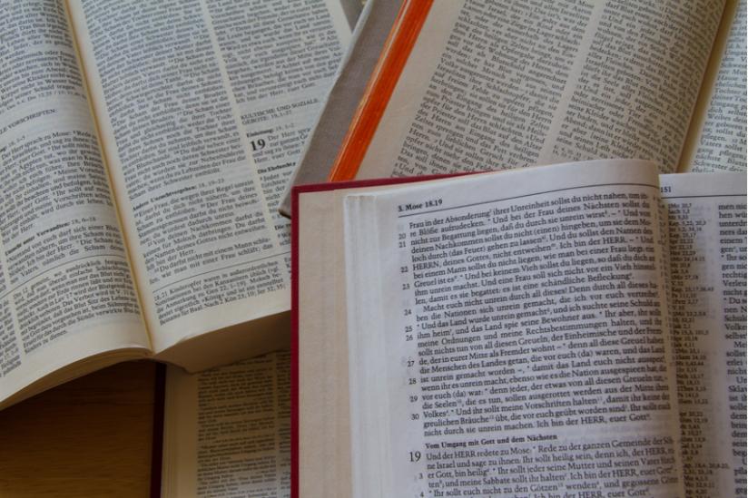 Aufgeschlagene Bibeln