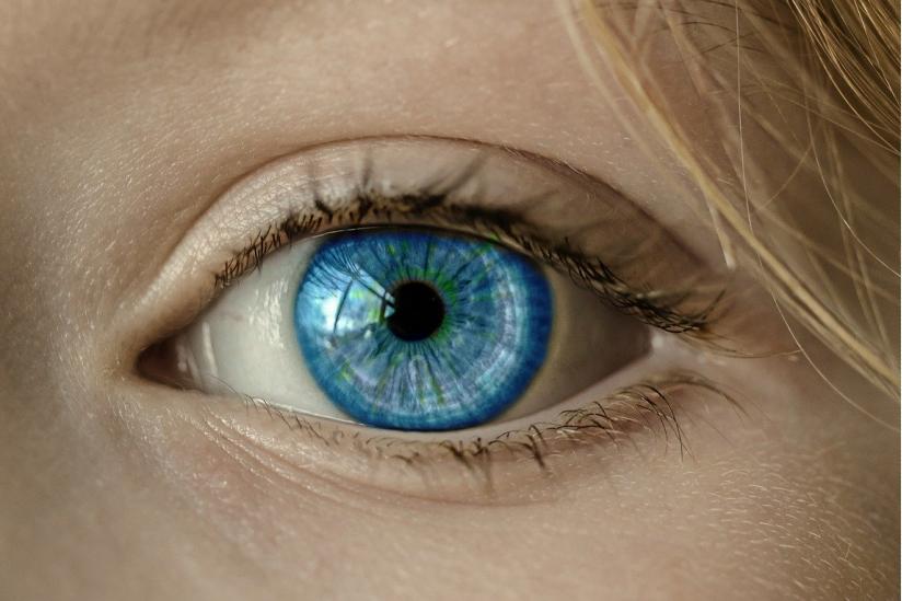 Manche Esoteriker versprechen, durch Hokuspokus die Augenfarbe ändern zu können.