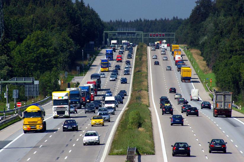 Die Autobahn A8 östlich von Föching, nördlich der Anchlussstelle Holzkirchen