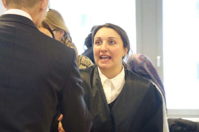 Begegnung der Anwälte vor Verhandlungsbeginn