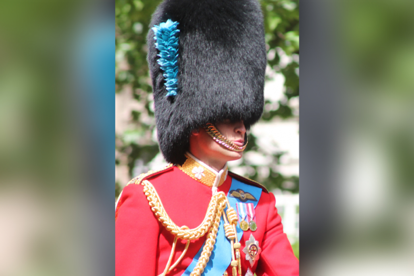 Prinz William, Duke of Cambridge, als Ehrenoberst der Irish Guards bei Trooping the Colour mit der Grenadiermütze seines Regiments (London 2013)