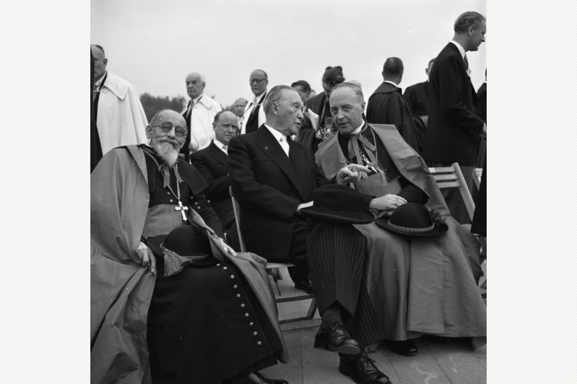 Katholikentag in Köln (1956). Adenauer mit den Kardinälen Joseph Wendel (München-Freising, rechts) und Eugène Tisserant