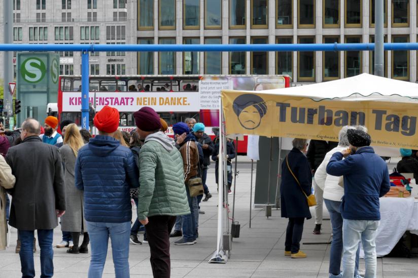"""Auf dem Potsdamer Platz durften jedoch Sikhs bei einem """"Turban-Tag"""" für ihre Religion werben."""