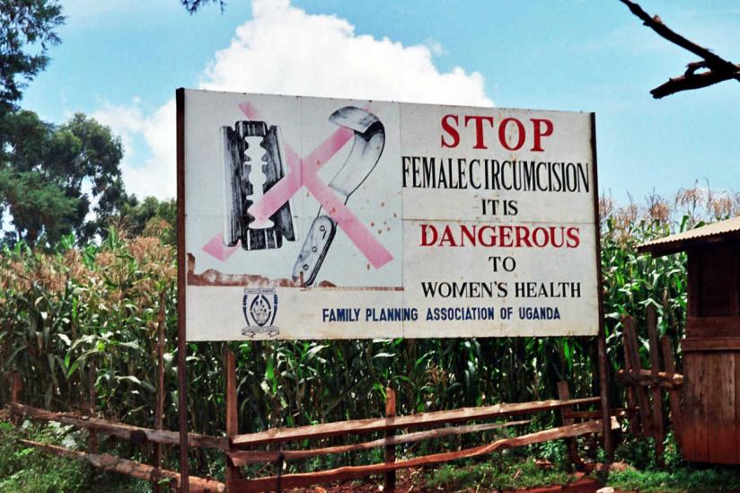Plakat gegen weibliche Genitalbeschneidung in Uganda