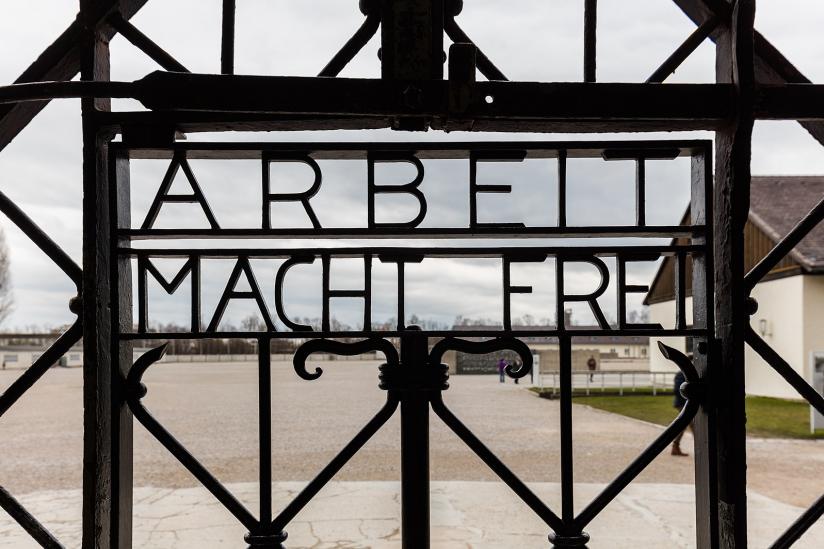 """Tor im KZ Dachau mit der Inschrift """"Arbeit macht frei"""""""