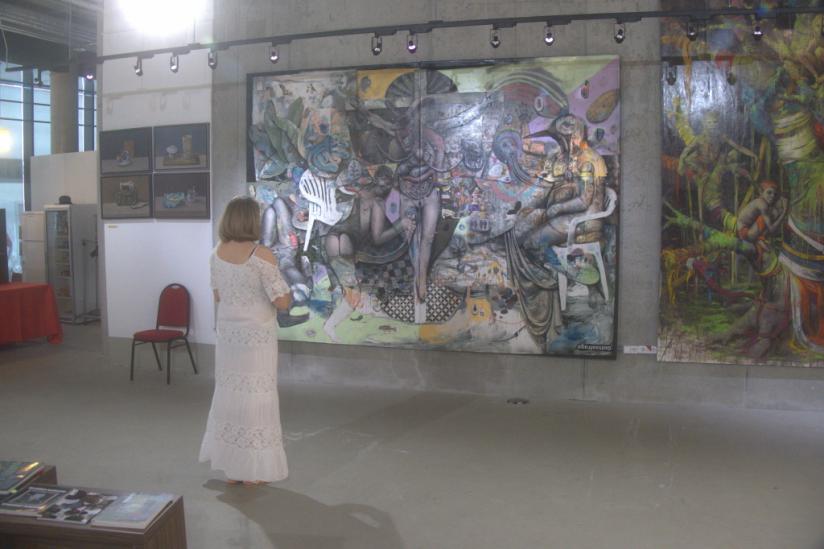 Besucherin betrachtet Gemälde