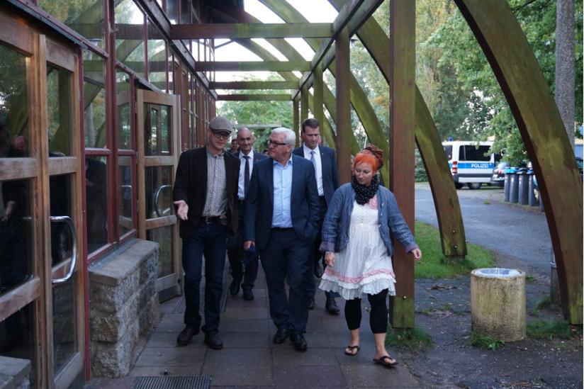 Walter Steinmeier beim Rundgang durch Bollmannsruh mit HRV-Geschäftsführer Axel Krause (li.)