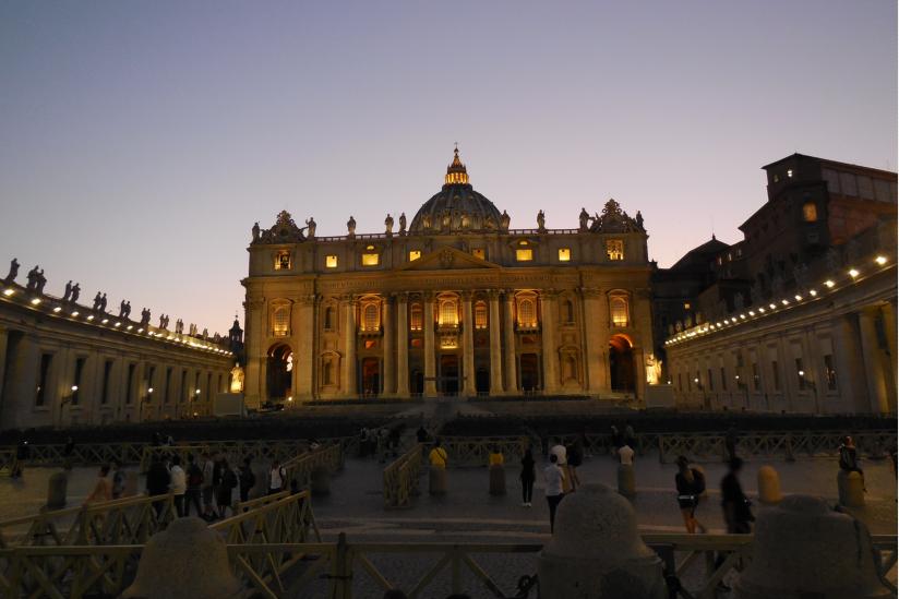 Blick vom Petersplatz auf den Petersdom