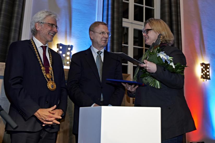 Im  Rathaus von Kassel: Oberbürgermeister Bertram Hilgen, Stiftungsratsvorsitzender Prof. Dr. Dr. h.c. Walter Pape mit Karen Duve