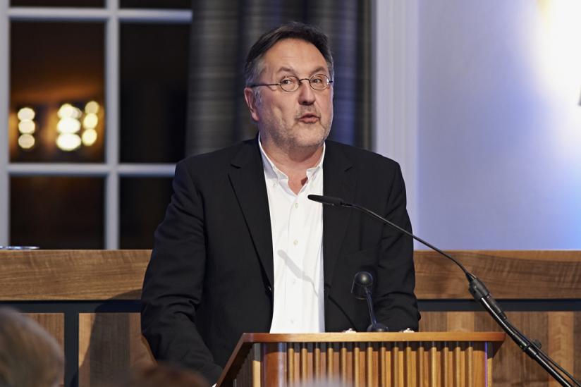 """Prof. Dr. Rainer Moritz während der Laudatio: """"Warum sind Karen Duves Bücher komisch?"""""""