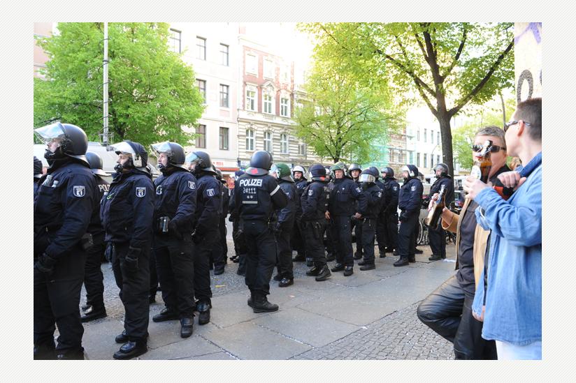 1. Mai 2015 Berlin Kreuzberg Ohlauer Strasse: Warten