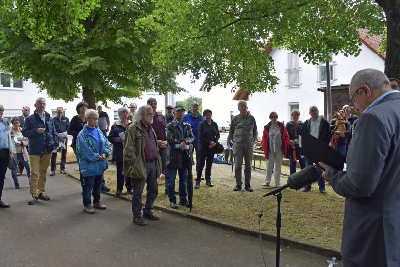Ortsbürgermeister Rüdiger Kragl begrüßt die zahlreichen Gäste
