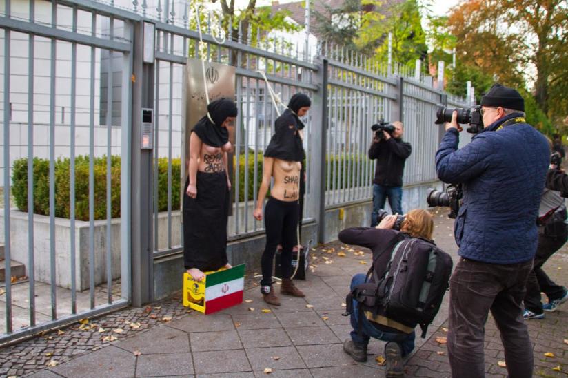 """Protest der """"Femen"""" vor der iranischen Botschaft in Berlin."""