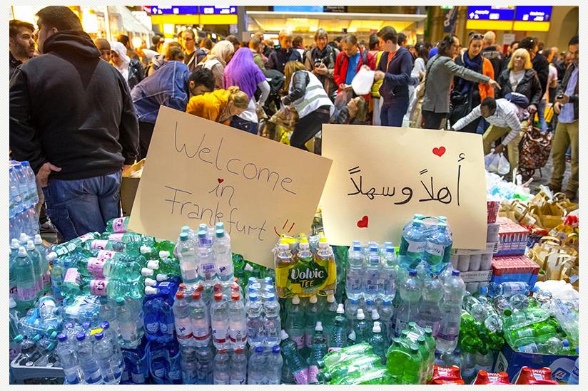Auch am Hauptbahnhof Frankfurt wurden aus Ungarn eintreffende Flüchtlinge am Wochenende mit Wasser, Lebensmitteln und Kleiderspenden empfangen.