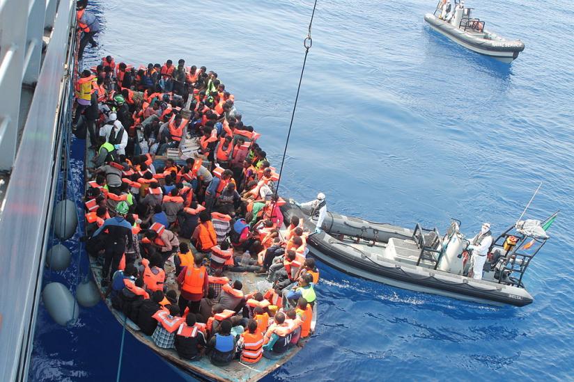 Während der von Frontex geführten Operation Triton im südlichen Mittelmeer rettet das irische Flaggschiff LÉ Eithne zahlreiche Flüchtlinge.