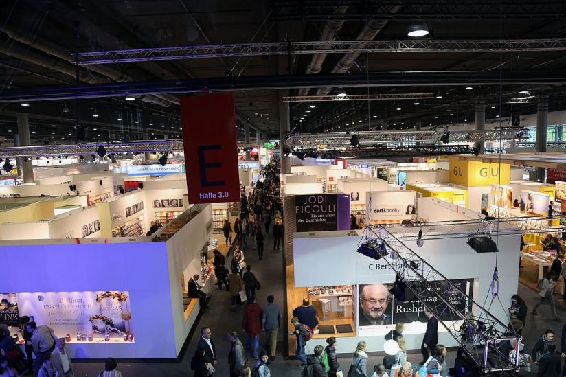 Überblick über eine Halle der Frankfurter Buchmesse
