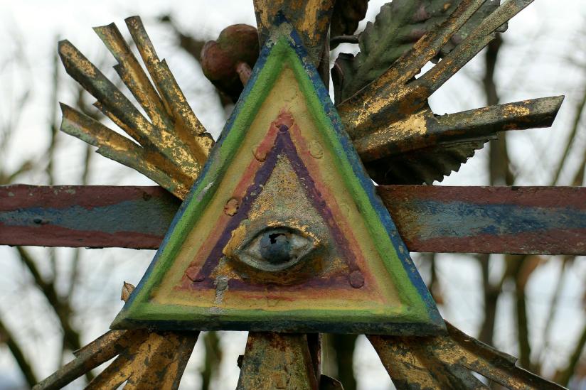 Das Symbol der Freimaurer auf einem Grabkreuz.