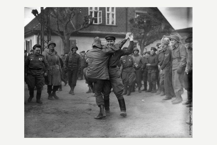 historisch: Freudentänze von Sowjetsoldaten und US-Soldaten am 8. Mai 1945