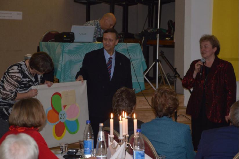 Karsta Höft, Dr. Volker Muerller und Katrin Jura (v.r.n.l.)  bei der Übergabe eines von Jugendlichen selbst gefertigten Geschenks