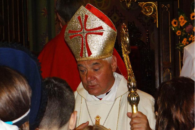 Erzbischof Müller nach einem Pontifikalamt in Rom mit Jugendlichen im Gespräch