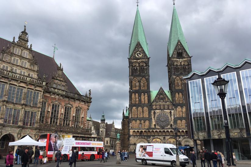Der Bus auf dem Bremer Marktplatz zwischen Rathaus, Dom und Bremischer Bürgerschaft