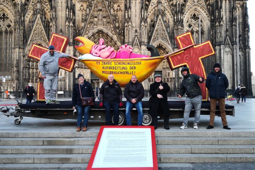 """Der """"Hängemattenbischof"""" mit Betroffenen und dem Aktionsteam """"11. Gebot"""""""