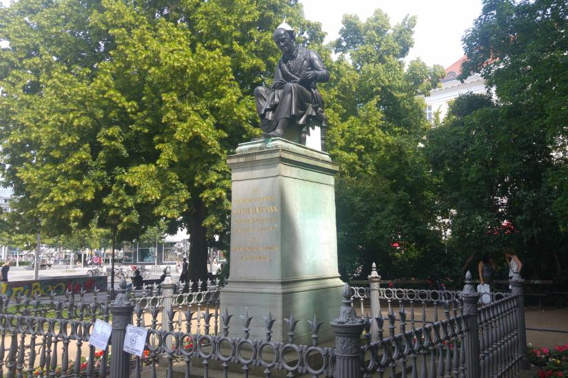 Hahnemann-Denkmal in Leipzig mit Alu-Hut