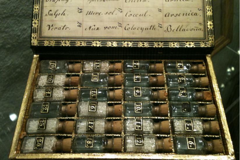 Homöopathische Taschenapotheke, die Hahnemann in seinen letzten Lebensjahren in Paris benutzte. (Deutsches Apothekenmuseum, Heidelberg)