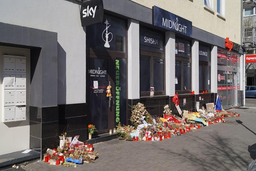 Kränze, Blumen und Kerzen am Tatort Heumarkt in Hanau 2020.