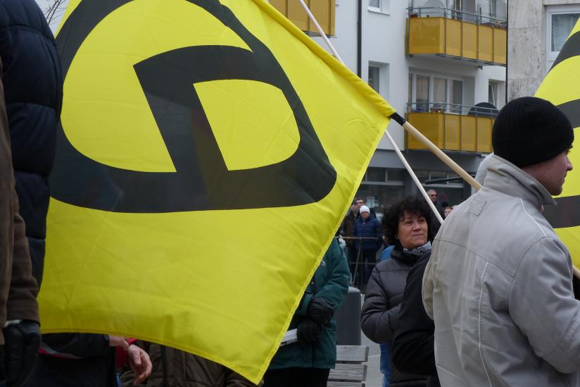 Die Fahne der Identitäre Bewegung bei einer AfD-Demonstration